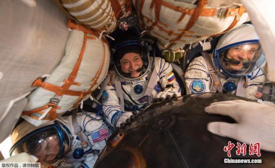 """当地时间2017年9月3日,哈萨克斯坦,据俄罗斯卫星网报道,俄罗斯地面飞行控制中心向记者表示,三名宇航员搭乘""""联盟MS-04""""号飞船的返回舱从国际空间站平安返回,成功降落在哈萨克斯坦境内。据悉,返回地面的是俄航天集团公司宇航员费奥多尔・尤尔奇欣、美国宇航员佩吉・惠特森和杰克・费希尔。在国际空间站下一批53/54考察组抵达前,继续驻留在空间站上的还有3名宇航员,分别是俄罗斯宇航员谢尔盖・梁赞斯基, 美国宇航员兰道夫・布莱斯尼克和意大利宇航员保罗・内斯波利。"""