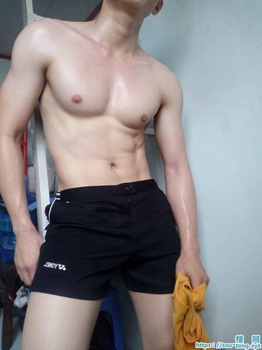超级皮肤白、胸肌壮实的肌肉男