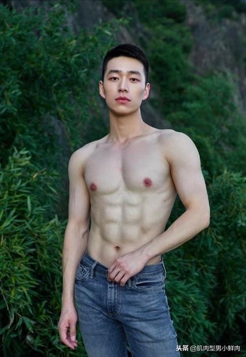 摄影师将肌肉帅哥带入森林中拍摄,没想到照片效果真好!