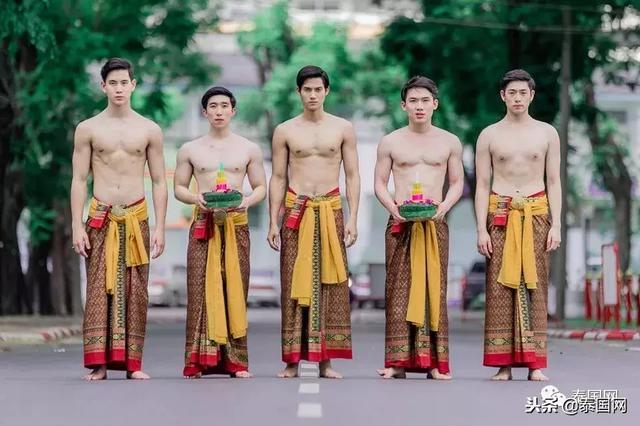 泰国农业大学帅气学长复古装扮漂水灯