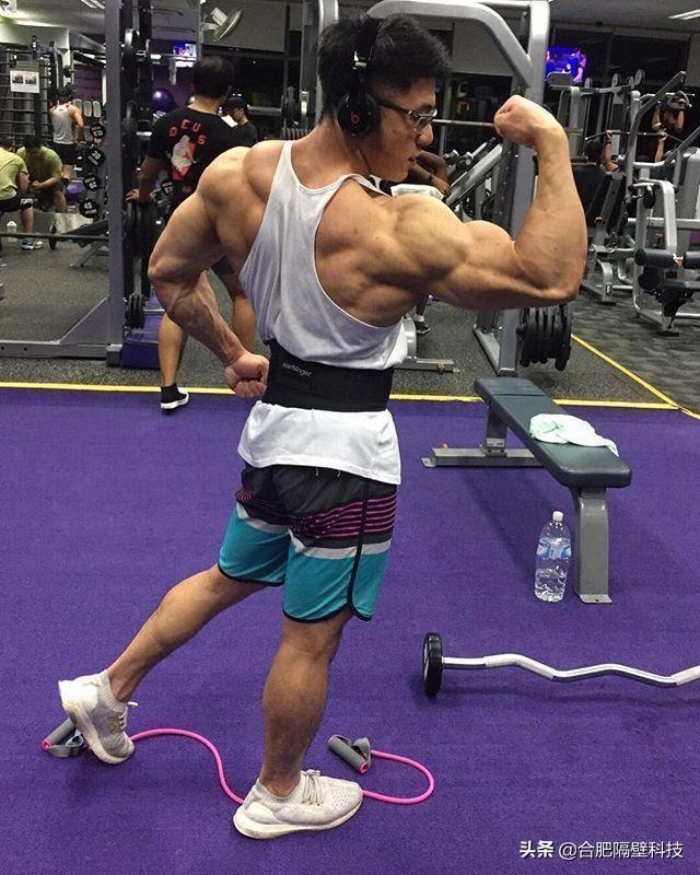 帅气新加坡小哥,个子不高肌肉很大,和女友的爱情令人羡慕