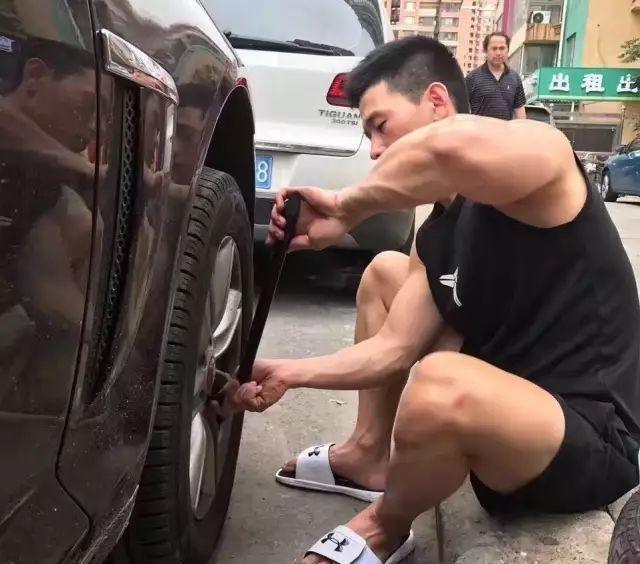 爱健身的185cm帅哥,认真修车的样子太帅了