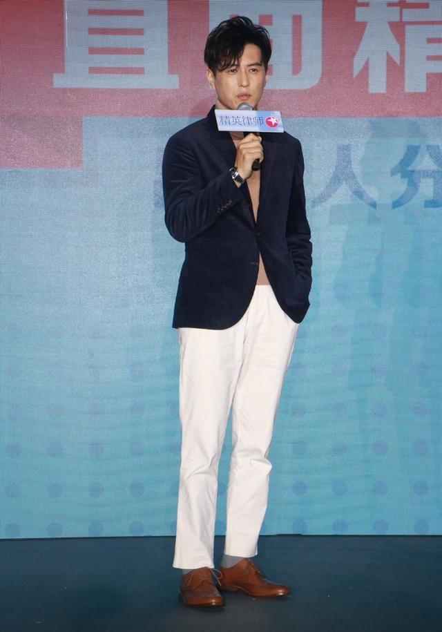 《精英律师》发布会,靳东穿白西裤显优雅个性,就是头有点显大